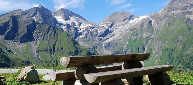 Der Großglockner (häufig auch kurz Glockner genannt) ist mit einer Höhe von 3798 m ü. A. der höchste Berg Österreichs. Die markante Spitze aus Gesteinen der Grünschieferfazies gehört zur Glocknergruppe, einer Bergkette im mittleren Teil der Hohen Tauern, und gilt als einer der bedeutendsten Gipfel der Ostalpen.